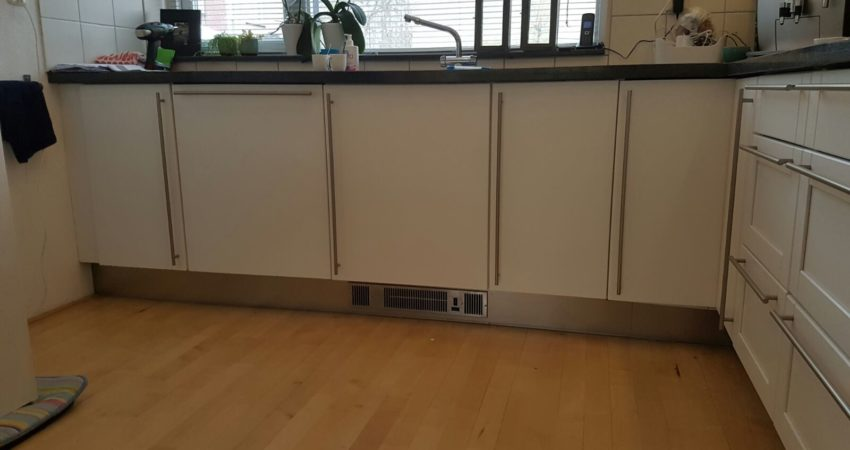 keuken renovatie bolsward , de loshangende folie hebben wij vervangen door een frisse nieuwe verflaag ! spuiterij friesland