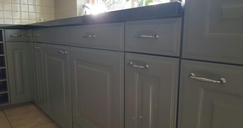 keuken metamorfose heerenveen , van een witte keuken naar een frisse moderne grijze keuken ! spuiterij friesland